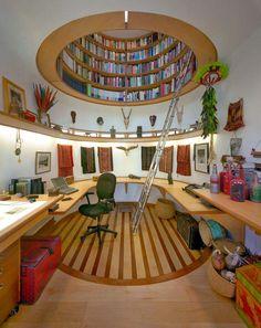 Biblioteca en altillo superior.