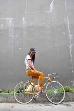 41 ideas fixie bike girl cities for 2019 Urban Cycling, Urban Bike, Cycle Chic, Photo Velo, Urban Lifestyle, Bicycle Safety, Push Bikes, Bike Photography, Cycling Girls