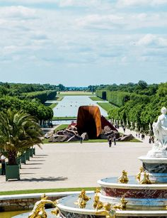 Anish Kapoor em Versalhes! Até 1º de novembro é possível ver essa e outras esculturas - a maioria gigantesca - expostas nos jardins. Veja mais clicando na foto.