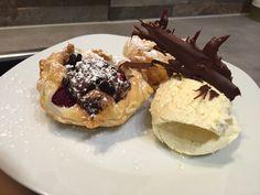 Schoko-Himbeertascherl+an+Vanilleeis #waskochen Waffles, Pudding, Breakfast, Desserts, Food, Vanilla, White Chocolate, Delicious Dishes, Raspberries