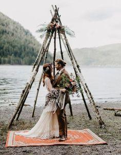 Tipi en bois avec fleurs et feuillage pour une cérémonie laïque rustique chic