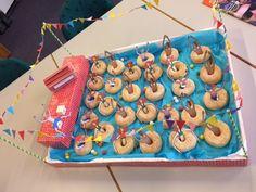 Zwembad met zwembanden van donuts: ultieme zwempret!