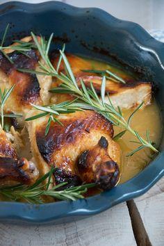 Opskrift på en lækker og enkel ret med kylling i fad med honning, sennep, citron og rosmarin - super nemt og velsmagende - få opskrift