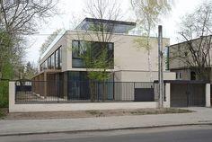 Przy ulicy Czereśniowej w Warszawie powstał składający się z czterech mieszkań dom, przypominający w swoim kształcie zabudowę szeregową.Architekci zaproponowali prostą bryłę z dużymi powierzchniami przeszkleń i dwa ogrody dla każdej z rodzin.
