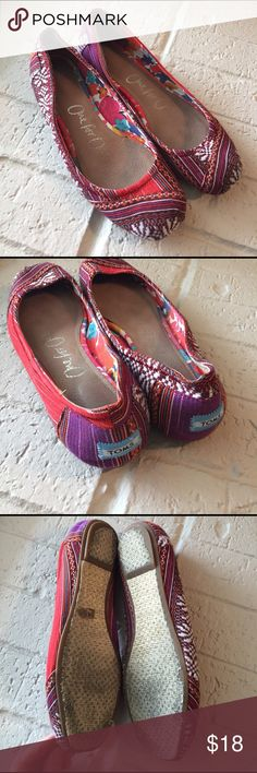 TOMS Canvas Ballet Flats EUC Toms ballet style flats in a vibrant pattern.   Slightly dirty on soles, no other flaws TOMS Shoes Flats & Loafers