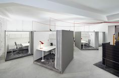 Posamezni pisarniški kotički so postavljeni v kubuse, ki se po potrebi lahko zaprejo z zaveso, kar omogoča večjo zasebnost.