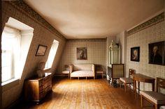 Blick in den Wohnbereich von Friedrich Schiller in der Mansarde Bauhaus, Friedrich Von Schiller, Museum, Georgian Homes, Antique Interior, Bars For Home, Decoration, Hardwood Floors, Mansions