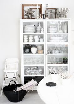 white exposed shelving / skåpet