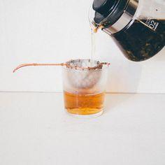 日本茶と呼ばれるものには煎茶や番茶、玉露などいろいろありますが、中でもカフェインが少ないほうじ茶は、寝る前にほっとひと息つきたいときの一杯にも良いですよね。また、独特の香ばしい風味を活かしたスイーツも人気ですし、茶粥を炊いたり煮豚に使うなど、お茶として飲む以外にも幅広い楽しみ方があります。今回は、茶葉や手軽なほうじ茶パウダーを使って作る、美味しいスイーツやお料理のレシピをあれこれご紹介します。