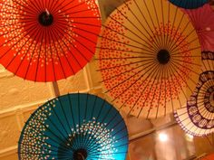 Very easy wedding idea - Paper Chinese umbrellas in the wedding space - wedding bright & colourful