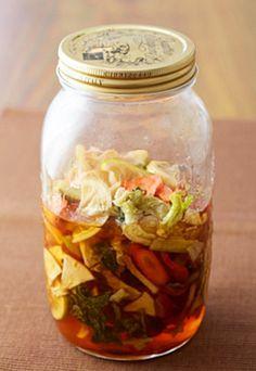 果物の酵素ジュールづくりに慣れてきたら野菜も入れてみましょう。リンゴやレモン、小松菜、キャベツ、にんじんなどをいれた季節の野菜酵素ジュース。作り方は下記URLをご参考にご覧くださいね。