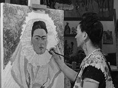 Retrato de Frida pintando uno de  sus autorretrator de Tehuana