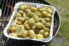 Velsmagende kartofler med dildpesto - find mange flere grillopskrifter her Potato Salad, Side Dishes, Chips, Potatoes, Ethnic Recipes, Food, Camping, Google, Campsite