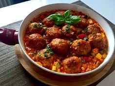 Mięsno-ryżowe klopsiki w warzywnym sosie Pyszne klopsiki w wyjątkowym sosie. Bardzo sycące, aromatyczne i pożywne danie, które kusi nie tylko wspaniałym smakiem ale również efektownym, kolorowym wyglądem. Klopsiki robi się dość szybko, łatwo się formuje i nie rozpadają się podczas smażenia. Masa mięsno-ryżowa, przypomina trochę tą na gołąbki i też dość podobnie smakuje. Polecam :)) …