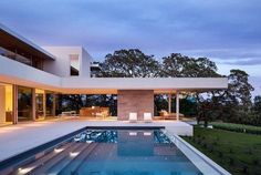 Modern Pool Designs for Small Yards The Swimming Pool: Yesterday Today and Tomorrow Modern Pool Designs for Small Yards. Ever since the very first swimming pool was built people have been coming up… Moderne Pools, Swimming Pool Designs, California Homes, Windsor California, Northern California, Indoor Outdoor Living, Outdoor Pool, Maine House, Architect Design