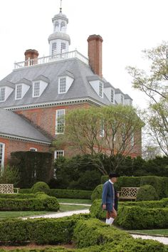 The beautiful gardens of the Govenor's Palace in Colonial Williamsburg VA. Places In Usa, Great Places, Places To Go, Beautiful Places, Colonial Williamsburg Va, Williamsburg Virginia, Virginia Attractions, Colonial House Exteriors, Virginia History