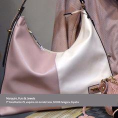 Marqués Zaragoza, selección en rosa, bolso bicolor.