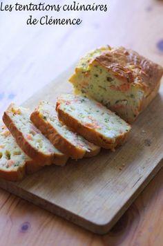 Avec les quelques jours de beau temps auxquels nous avons eu droit ce dernier mois, l'envie de soupe est un peu passée pour laisser la place aux salades composées et aux cakes salés. Voici une version très goûteuse et rapide à faire ! 4 tranches de saumon...