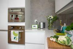 Jämerä Loft 1, keittiö, Tampereen asuntomessut. Harmaa epätasainen seinä Decor, Kitchen Cabinets, Cabinet, Home Decor, Kitchen, Renovations