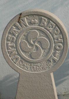 Les symboles basques - La Croix Basque - Lauburu, stèle d'Ascain