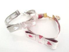 #pulsera  Tela de color crudo con corazones en blanco o coral Puedes comprarlo a través de eltallerdemir@hotmail.com Http://eltallerdemir.over-blog.es