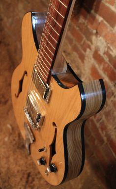 Une #Gronlund #Newcomb #hollowbody. Retrouvez des cours de #guitare et de basse d'un nouveau genre sur https://www.mymusicteacher.fr !