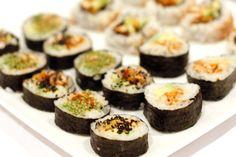 [donotprint] Het heeft even geduurd, maar hij staat online! De sushi tutorial. Vorige week ging ik met Marcella aan de slag om de sushi te maken, te fotograferen en vervolgens natuurlijk op te eten (heeel vervelend). Heel erg bedankt voor je hulp lieve Mar! En ik hoop dat jullie van de tutorial genieten en straks...Lees meer »