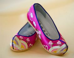 Korean traditional shoes for women, I so want a pair of these.