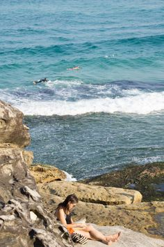 Dive in to discover an iconic Sydney coastal walk that is a favourite amoung locals and tourists alike. Sydney Tourist Attractions, Bronte Beach, Sydney Beaches, Sea Sculpture, New Details, Sydney Australia, Beautiful Lights, Gold Coast, Wonderful Time
