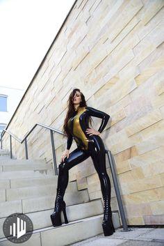 #Latexcrazy with Kikki & eigenART photography https://en.latexcrazy.com #latex #rubber #catsuit #fetish