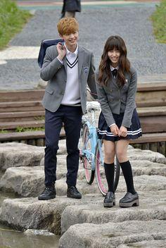 두 남자 사이에서 사랑을 듬뿍 받는 여주인공 이은비 역의 배우 김소현. 육성재-남주혁과 함께 '후아유-학교2015' 포스터 촬영 중입니다!      같은 장소, 다른 포즈. 신난 공태광(육성재)!  공태광의 포즈에 배우들 역시 얼었던 표정이 풀렸는데요? 여러분의 선택은?       [두근두근 컷] 은비의 손을 잡아주는 이안.  훈남 이안이가 은비의 손을 잡아주는 장면입니다. 두근두근      웃음을 보이는 은비와 공태광, 무슨 일이 있었길래~  촬영장 분위기 메이커로 소문난 공태광, 은비를 웃긴 그의 악동이미지.        두 남자 주인공과의 단체 포스터 촬영 후 은비는 따로 개별 촬영에 돌입했습니다! 환한 미소를 보이는 은비, 다행이네요~  방송 전 공개된 스틸을 보면 무릎을 꿇은 채 밀가루와 계란으로  뒤범벅된 은비의 모습이 마음을 짠하게 만들었는데요... 다행히 환한 미소를 : )      머리도 긁적이고 다양한 포즈를 시도해보는 은비.  계속된 촬영 속에서도 미소를…