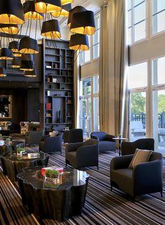 Le confort du bar de l'Hôtel Renaissance à Saint-Cloud avec les fauteuils LUCA SOFT de Jean-Philippe Nuel / Cinna
