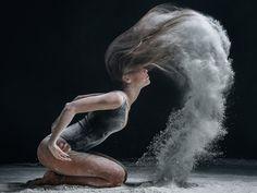 Le photographe russe Alexander Yakovlev se passionne pour les danseurs et réalise des portraits saisissants et majestueux. Il dévoile un spectre très large de danses, du ballet à la breakdance, avec un dynamisme ajouté grâce à de la farine qui apporte davantage de beauté à leurs mouvements.