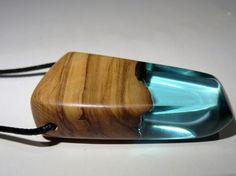 Collar con colgante hecho en madera de olivo y resina azul . Con cordon de…
