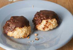 Kokosmakronen zijn altijd een traktatie voor bij de thee of koffie. Deze gevulde kokosmakronen met chocolade van Rudolph van Veen zijn net even iets specialer. Jum! Klik hier voor de bijbehorendevideo op de website van 24Kitchen. Verwarm je oven voor op 180 graden. Mengde suiker met de kokosrasp, eieren en eidooier. Schep met een ijsknijper […]