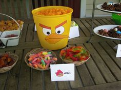 Sirve gusanos de gominola en tu fiesta Angry Birds, a los pájaros les encantan! / Serve gummy worms at your Angry Birds party, the birds love them!