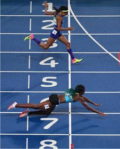 crazynewsportsapp Shaunae Miller, of the Bahamas dives across the line to beat…