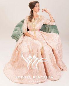 Découvrir le nouveau catalogue de caftan Marocain 2017 & takchita haute couture qu'on met en vente sur mesure à des prix pas cher.
