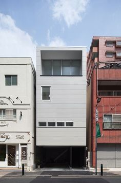 Built by MOVEDESIGN in Fukuoka, Japan with date 2013. Images by Yousuke Harigane . Shining Deep Well   This small tall house is located in a civic center section, small stores stand in a line around i...