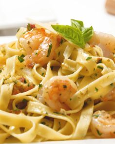 Shrimp Carbonara is a delectable dish boasting pancetta, pasta and shrimp draped in an elegant but incredibly easy-to-make sauce of Parmesan and eggs. Recipes are offered on our web pages. Shrimp Carbonara -Th - February 16 2019 at Replace Parmesan with Shrimp Recipes, Fish Recipes, Pasta Dishes, Food Dishes, Pasta A La Carbonara, Good Food, Yummy Food, Think Food, Cooking Recipes