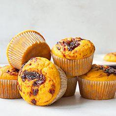 Muffinki dyniowo-pomarańczowe z musem śliwkowym Sponge Cake, Cheesecakes, Gingerbread, Food And Drink, Gluten, Cooking Recipes, Cupcakes, Pumpkin, Cookies