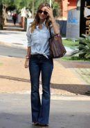 Combinação de jeans com jeans usando calça flare.