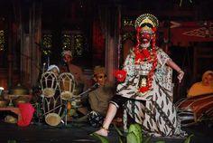 Tari Topeng Losari, mengenakan Topeng Klana Bandopati.  Losari, Cirebon Indonesia. East Indies, Malang, Culture, Dance, Traditional, Beautiful, Bedroom, Hats, Fashion