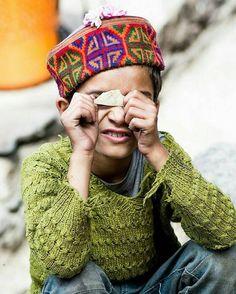 """Adultos veem o que é feito mas crianças enxergam além.  provérbio indiano  Foto: """"a felicidade vem de dentro da satisfação e de estar contente"""" do diário de viagem de @theramblingpsyche"""