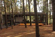 Casa Cher es una increíble casa de concreto y vidrio en el bosque de Mar Azul, Argentina, diseñado por BAK Arquitectos . La residencia es u...