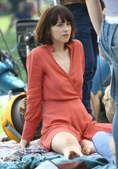 Dakota Johnson Photos - Actresses Dakota Johnson, Rebel Wilson and Leslie Mann filming scenes on the set of 'How To Be Single' at Central Park in New York City, New York on May 28, 2015.<br /> <br /> Pictured: Dakota Johnson - Stars on the Set of 'How To Be Single'
