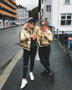 Dress like the star u r in this gorgeously shiny golden puffer jacket. The model is 176 cm and is wearing a size small. Puffer Jackets, Monki, Kendall Jenner, 21st Century, World Of Fashion, Universe, Metallic, Army, Study