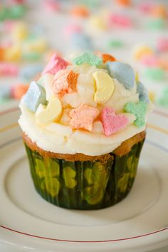 St. Patrick's Day cup cakes with lucky charm crust and marshmallow decoration
