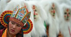 Menina vestida com roupa típica de sua tribo durante o festival de Tawang, perto da fronteira Indo-China em Arunachal Pradesh, na Índia.  Fotografia: Tauseef Mustafa / AFP.  http://noticias.uol.com.br/album/2016/01/06/olho-magico-2016.htm?fotoNavId=prca149f17e985f9fa379b62f313d19620161115#fotoNavId=pr786fc0b4aca08fe7241798134e5b5c20161104
