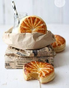 galette des rois 2 sheets puff pastry, very cold 1 egg yolk, beaten with 2 tsp water, for glazing Custard: 1 egg yolk 125 ml milk cup) 30 g sugar tbs) 10 g cornstarch tsp) vanilla pod Almond cream: 50 g butter cup) 80 g sug Just Desserts, Delicious Desserts, Dessert Recipes, Yummy Food, Do It Yourself Food, French Pastries, Food Inspiration, Love Food, Sweet Recipes